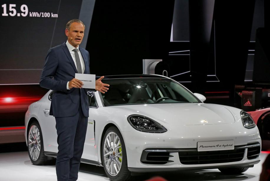Le patron de Porsche, Oliver Blume, s'adresse aux médias durant la présentation de la Panamera 4 E-Hybride. (REUTERS)