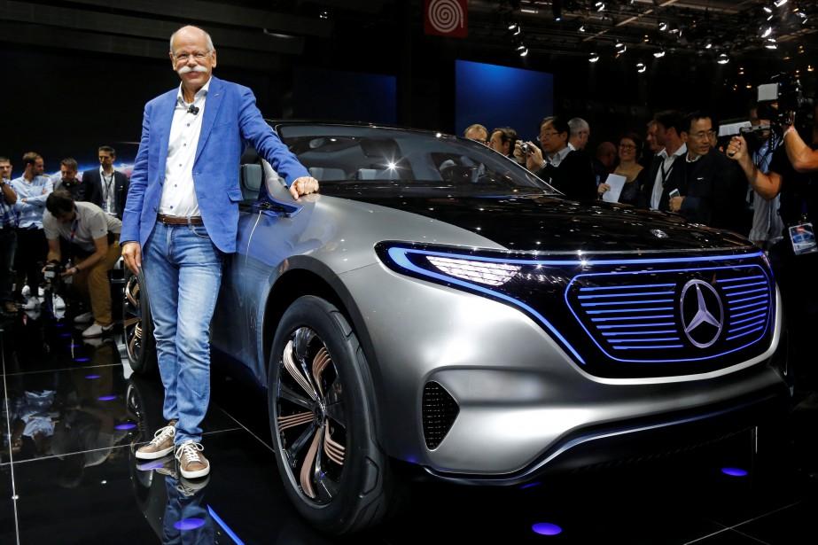 Vachement décontracté, Dieter Zetsche, le patron de Daimler, avait mis ses plus beaux jeans pour la présentation de la Mercedes EQ. (REUTERS)