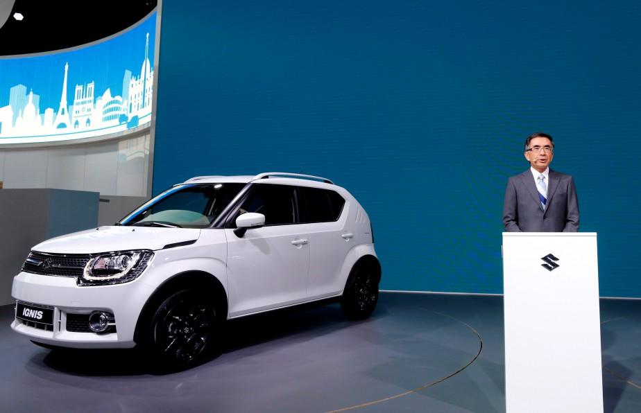 Le pdg de Suzuki, Toshihiro Suzuki, a présenté cette prosaïque voiture au Mondial de l'auto. (REUTERS)