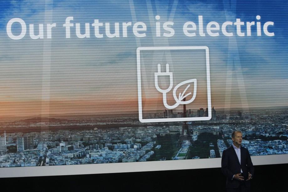 «Notre avenir est électrique» (et oublions l'année dernière). Volkswagen essaie de passer à autre chose après l'année du dieselgate et veut se réinventer grâce à l'électricité. (AP)