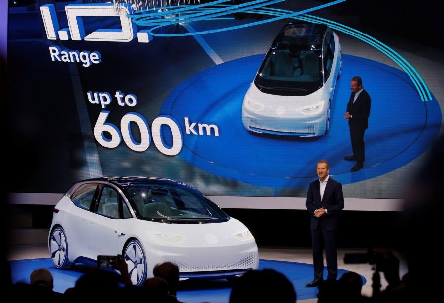 Herbert Diess, responsable de la marque Volkswagen, présente le concept électrique I.D. (REUTERS)