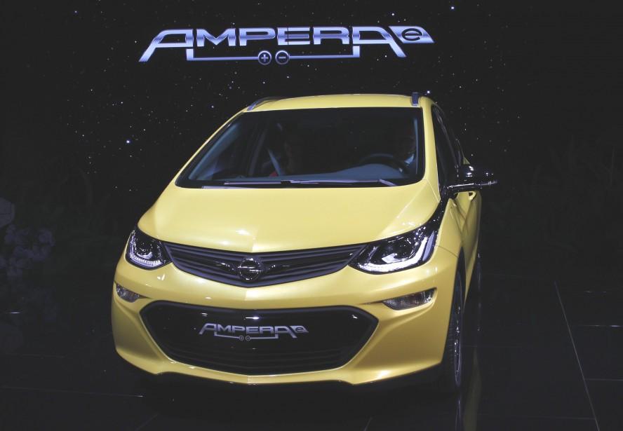 L'Opel Ampera-e suscite beaucoup d'intérêt au Mondial de Paris. Cette jumelle européenne de la Chevrolet Bolt sera lancée en Europe à la fin de l'année. (AP)