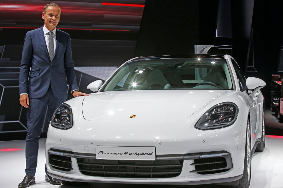 Le patron de Porsche, Oliver Blume, pose à côté de la Panamera 4 E-Hybride. (REUTERS)