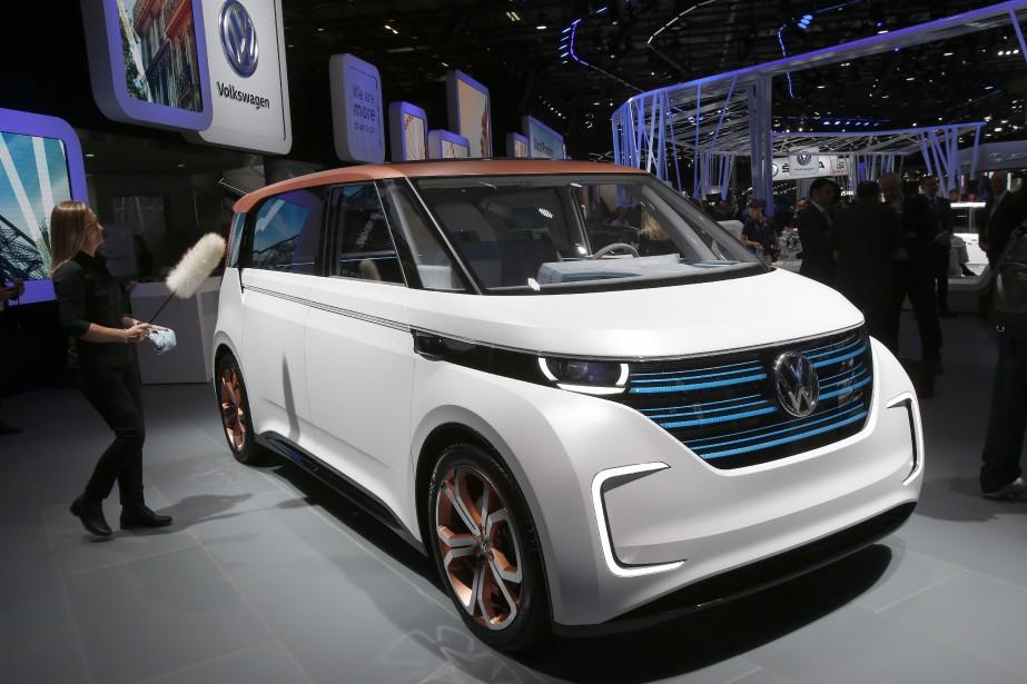 Une employée du Mondial de Paris astique une Volkswagen Budd-e électrique avant la conférence de presse au stand Volkswagen. (AP)