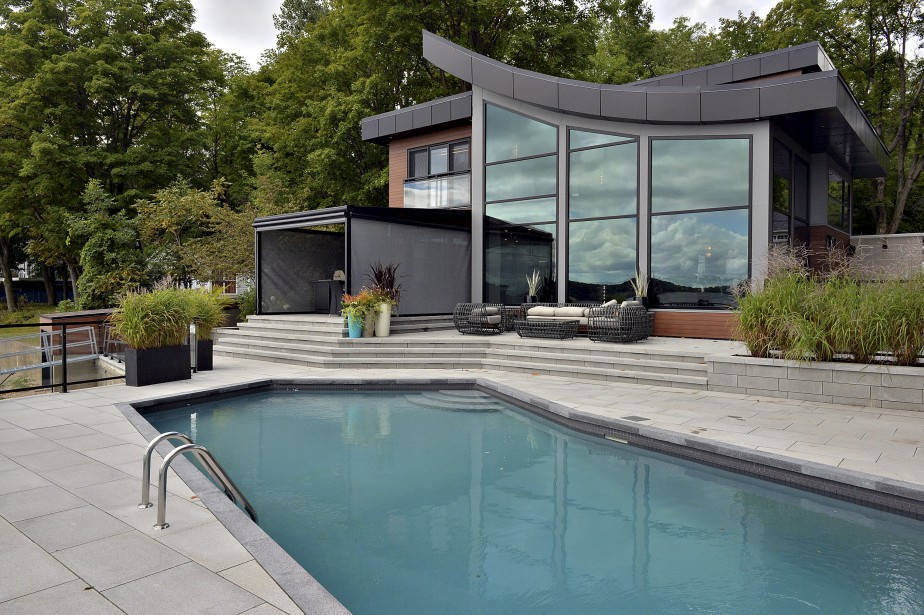 La maison a été dessinée par l'architecte Apostolos Caroussos. Elle comprend une toiture courbée qui offre une vue en douceur de la mezzanine à l'intérieur. (Le Soleil, Patrice Laroche)