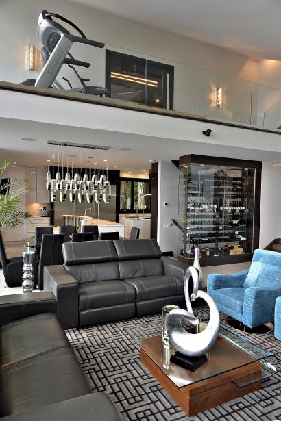 La mezzanine qui sert de salle d'exercices surplombe la salle à manger et s'ouvre sur le salon. (Le Soleil, Patrice Laroche)
