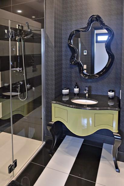 La salle de bain de la chambre d'ami, plus en rondeurs et féminine, avec son jeu de motifs rayés et gros pied-de-poule. (Le Soleil, Patrice Laroche)