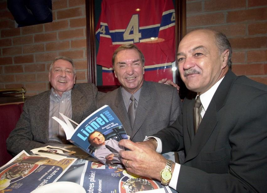 Lionel Duval (au centre) en compagnie de ses anciens collègues Gilles Tremblay et Camille Dubé lors du lancement de sa biographie intitulée <em>Revoyons les faits saillants</em>, en 2001. (Photo Pierre Côté, archives La Presse)