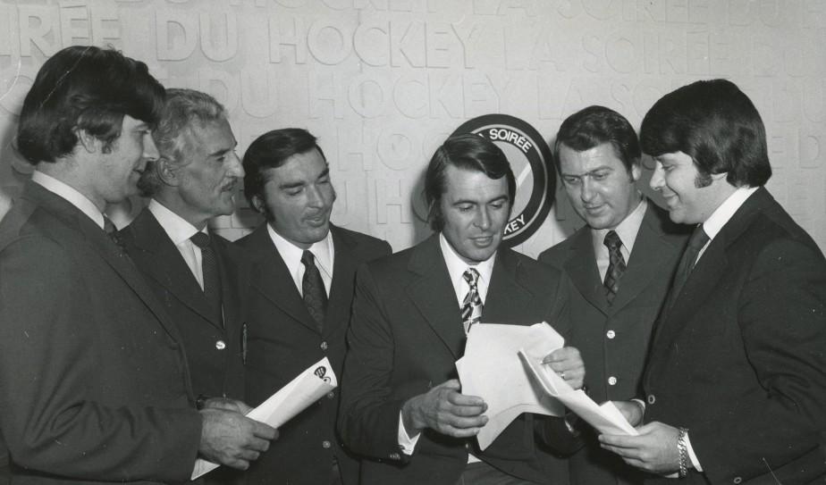 Lionel Duval (troisième en partant de la gauche) avec ses collègues de La Soirée du hockey Jacques Bérubé (producteur), René Lecavalier, Richard Garneau, Gilles Tremblay et Michel Quidoz (réalisateur). (Photo fournie par Jacques Bérubé)