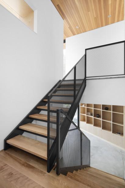L'escalier d'acier déployé est invitant, lumineux et mène aux aires de vie. (Adrien Williams)
