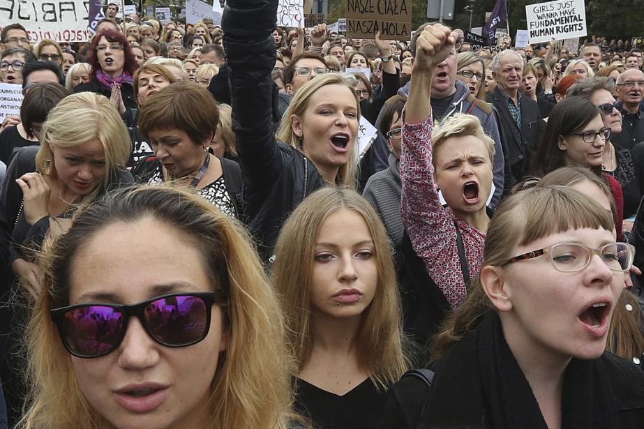 Les manifestants ont protesté devant le parlement polonais,... (Photo Czarek Sokolowski, AP)