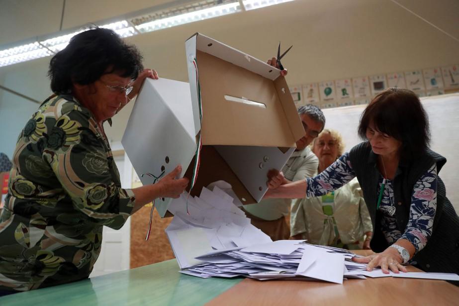 Dépouillement des votes dans un bureau de vote... (Photo FERENC ISZA, AFP)