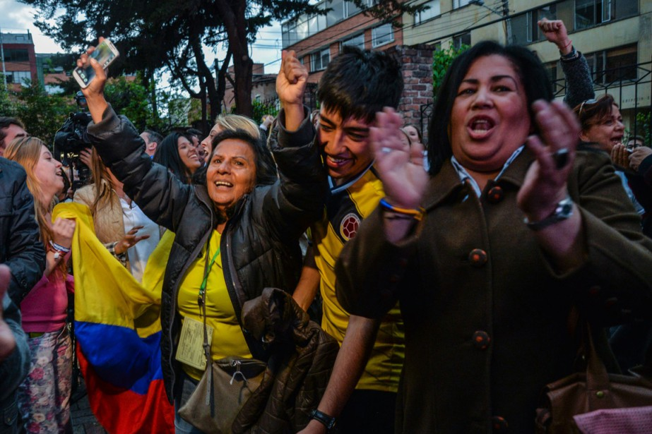 Des habitants de Bogota célèbrent la victoire du... (Photo DIANA SANCHEZ, AFP)