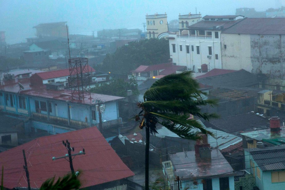 Après la République dominicaine,Matthewa touché l'est de Cuba avec des vents qui soufflaient toujours à 220km/h accompagnés de leurs cortèges de pluies battantes et de lames de fond. (Ramon Espinosa, AP)