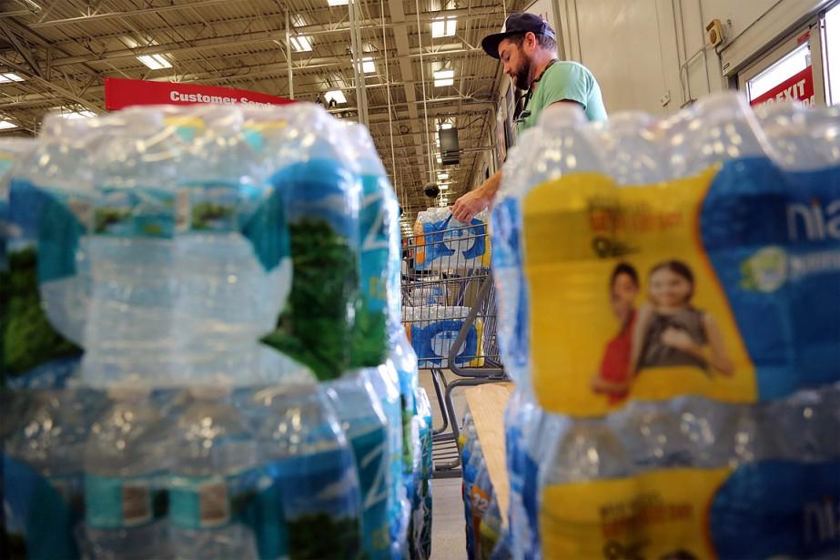 Ce résidant de Pompano Beach, en Floride, fait quant à lui des provisions d'eau en prévision du passage de <em>Matthew</em>. (Amy Beth Bennett, South Florida Sun-Sentinel via AP)