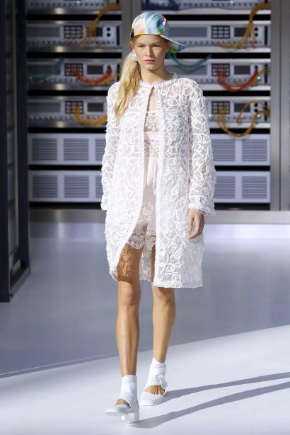 Les dessous prennent le dessus chez Chanel, avec des combinaisons en soie et dentelle, des déshabillés, des jupons délicats, des pantalons de pyjama. (AFP, PATRICK KOVARIK)