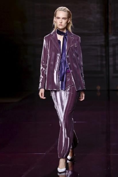 La femme Nina Ricci chatoie, vêtue d'un tailleur en velours brillant ou d'une robe à paillettes, dans une riche palette de violets et magenta. (AFP, PATRICK KOVARIK)