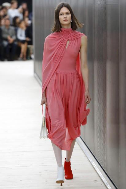 Chez Céline, marque connue pour son chic urbain et minimaliste, on porte une bottine rouge et l'autre blanche. (AFP, PATRICK KOVARIK)