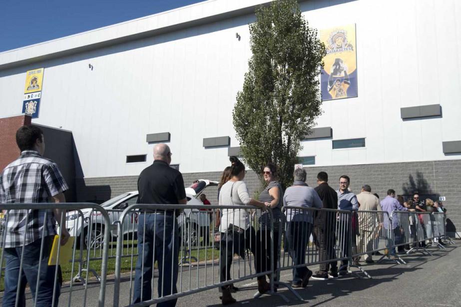 Une file d'attente s'est formée devant les portes du Centre Gervais auto où se déroulait le Salon de l'emploi. (Sylvain Mayer, Le Nouvelliste)