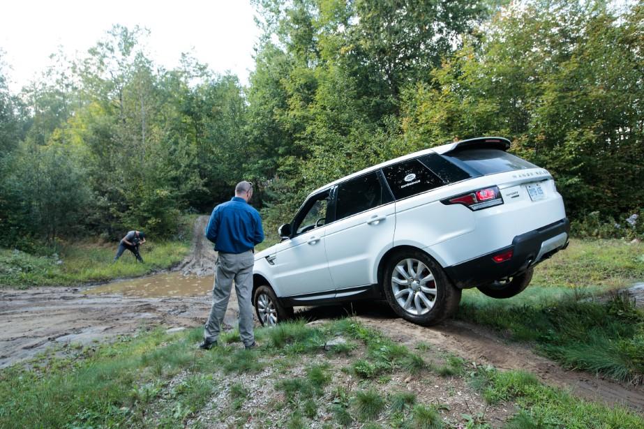 Le parcours est conçu pour créer de nombreuses situations où les Land Rover sont en déséquilibre et doivent manoeuvrer avec une roue dans le vide. (La Presse)
