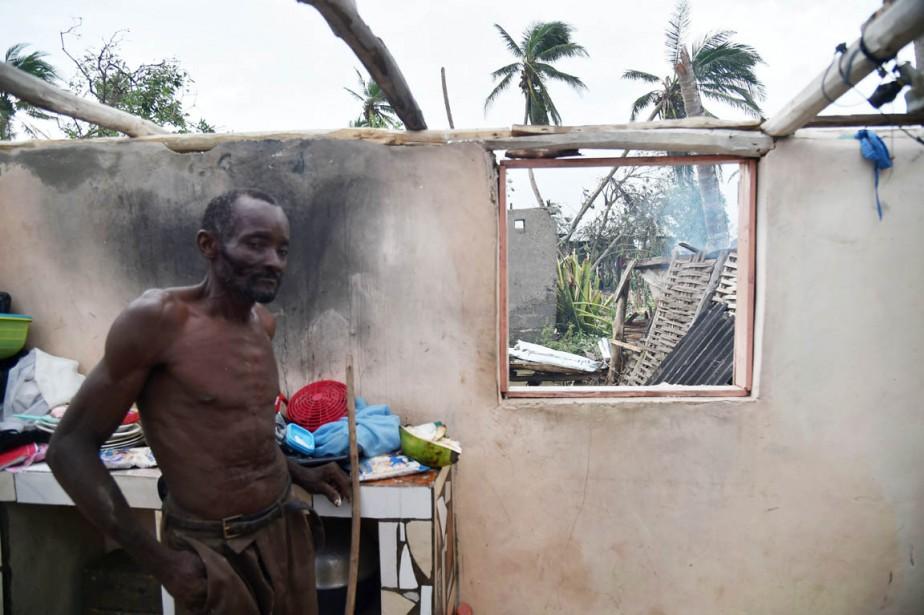 Un homme est photographié dans ce qui reste de sa maison après le passage de <em>Matthew</em>, dans le quartier Sous Roche dans la ville Des Cayes, le 6 octobre. (photo HECTOR RETAMAL, AFP)
