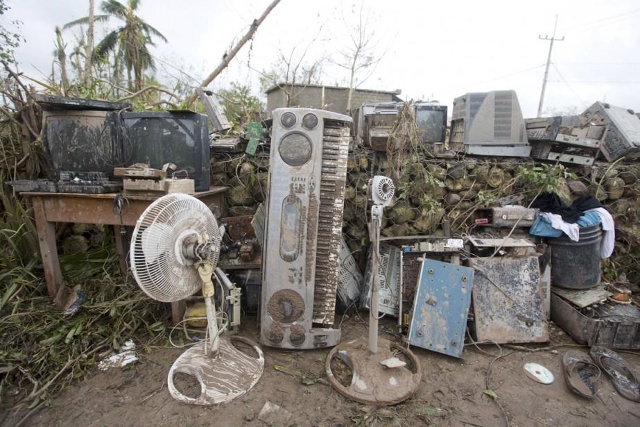 Des objets électroniques couverts de boue sont vus à l'extérieur d'un bureau complètement détruit par <em>Matthew</em>, aux Cayes, le 6 octobre. (photo Dieu Nalio Chery, AP)