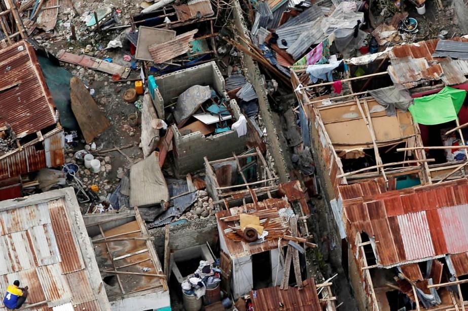 Une vue aérienne de Jérémie montre l'étendue des dégâts causés par <em>Matthew</em>, le 6 octobre. Beaucoup de maisons, dont les toits en tôle n'ont pas résisté aux vents soufflés par l'ouragan, se retrouvent aujourd'hui à ciel ouvert. (photo Carlos Garcia Rawlins, REUTERS)
