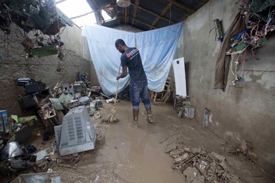Un professeur des Cayes nettoie son bureau ravagé par<em>Matthew</em>, le 6 octobre. (photo Dieu Nalio Chery, AP)