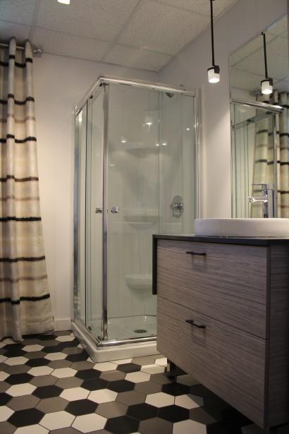 La salle de bain du sous-sol se démarque par son plancher en alvéoles qui se décline en trois teintes et son . (Mélissa Bradette)