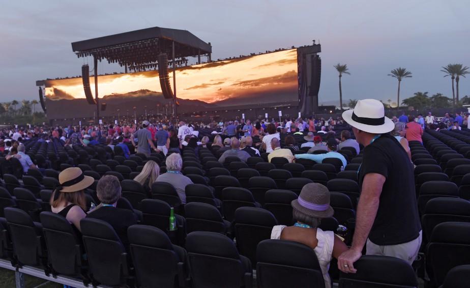 Des spectateurs s'installent pour voir Bob Dylan en début de soirée, vendredi. (AP, Chris Pizzello)