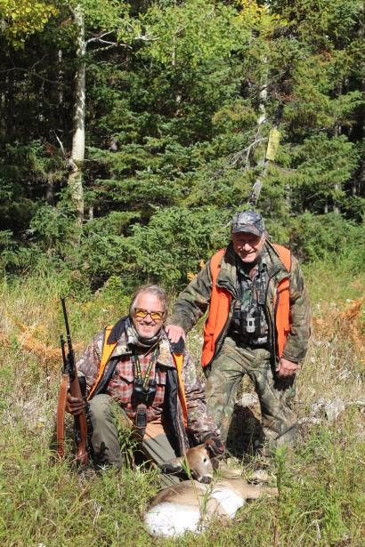 Ernie Wells, chroniqueur chasse et pêche de Rimouski, et Daniel Leboeuf, de la Sépaq, posent avec une femelle récoltée sur le secteur de chasse de Vauréal à Sépaq Anticosti. (Photo Le Progrès-Dimanche, Roger Blackburn)