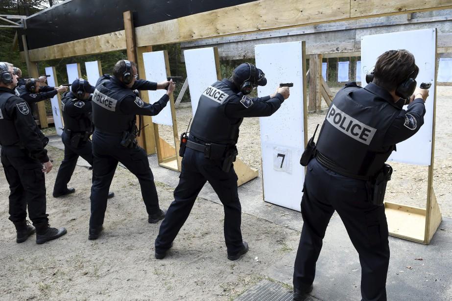 Une fois par année, peu importe leur rang et le poste qu'ils occupent, les policiers de Saguenay doivent se soumettre à un exercice et à un examen de tir. (Photo Le Progrès-Dimanche, Rocket Lavoie)