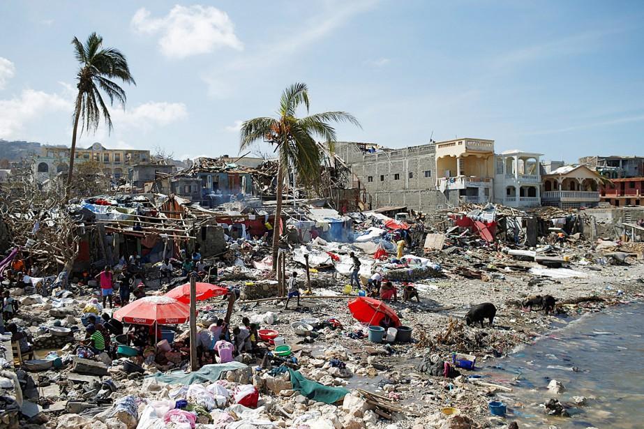 Des gens sont rassemblés sur le rivage après... (PHOTO CARLOS GARCIA RAWLINS, REUTERS)