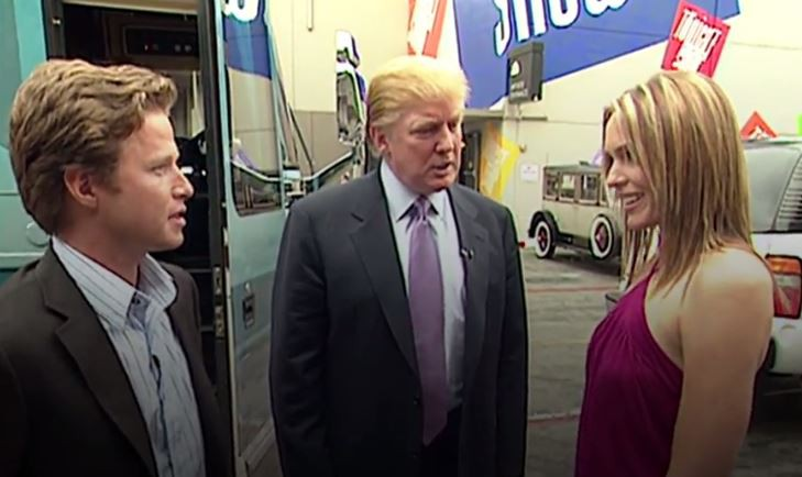 L'animateur Billy Bush, en compagnie de Donald Trump... (Capture écran de la vidéo diffusée par le Washington Post)