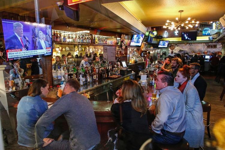 Des clients d'un bar près de Times Square,... (PHOTO AFP)