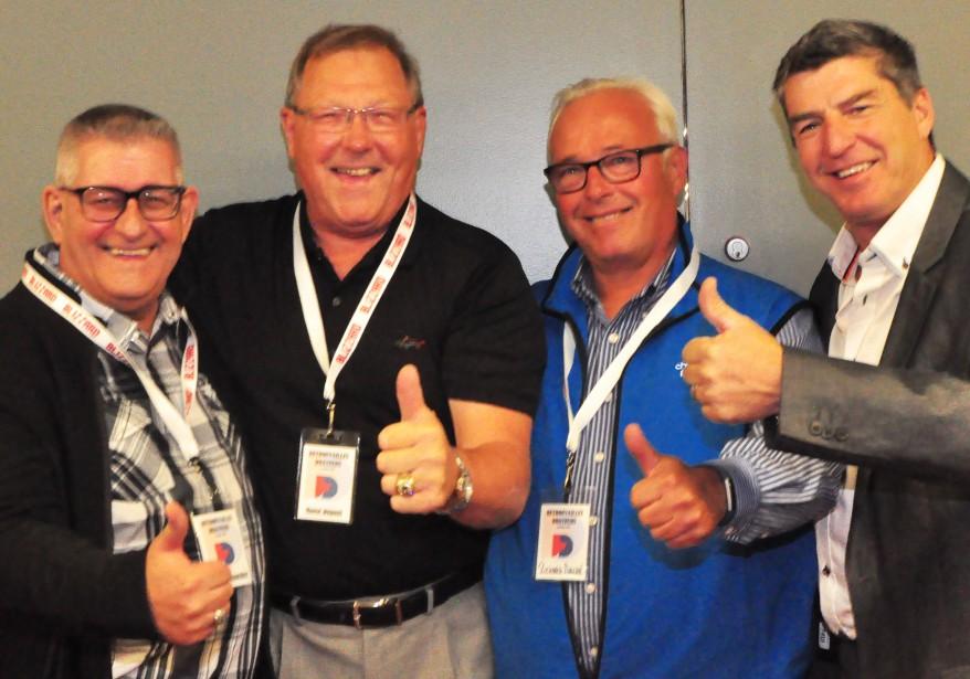 L'ex-commentateur sportif Yvan Bombardier, en compagnie d'André «Moose» Dupont et Richard Dalpé (deux anciens de l'organisation des Flyers de Philadelphie), ainsi que Sylvain Robert (qui arborait avec fierté la bague des Draveurs). (Gilles Joubert)