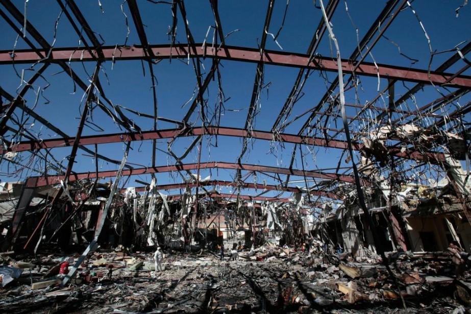 Des experts judiciaires examinent les décombres de la... (PhotoHani Mohammed, Associated Press)