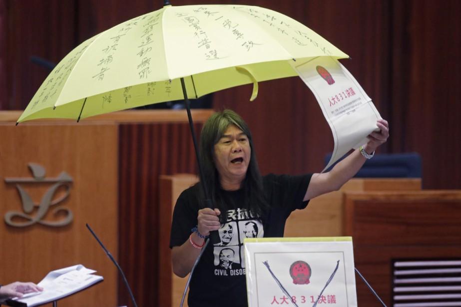 Nouvellement élue, la députée pro-démocratie Leung Kwok-hung, également... (photo Kin Cheung, AP)
