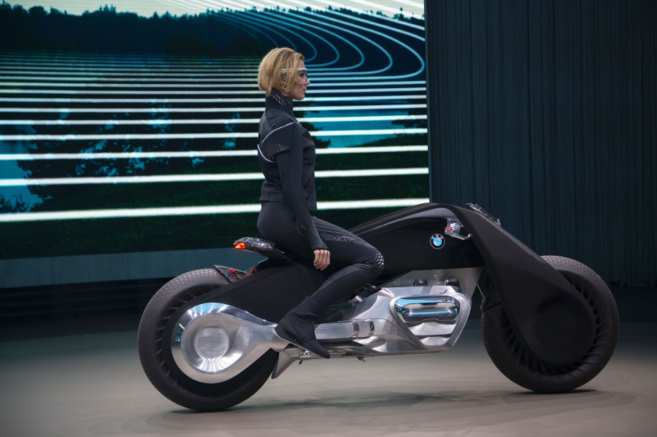 BMW a dévoilé mardi à Los Angeles un prototype qui incarne la moto du futur: la Motorrad Vision Next 100. (Photo David McNew, AFP)