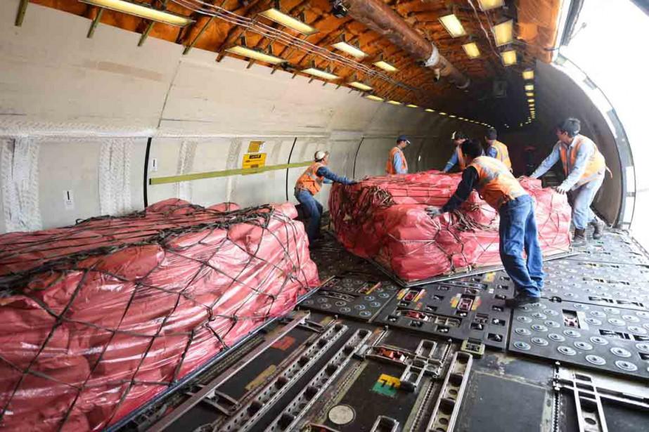 Des travailleurs humanitaires préparent l'aide qui doit être... (photo Enzo De Luca, REUTERS)