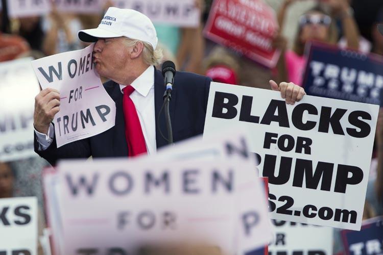 Le candidat républicain embrasse une pancarte indiquant «Les... (AFP, Mandel Ngan)