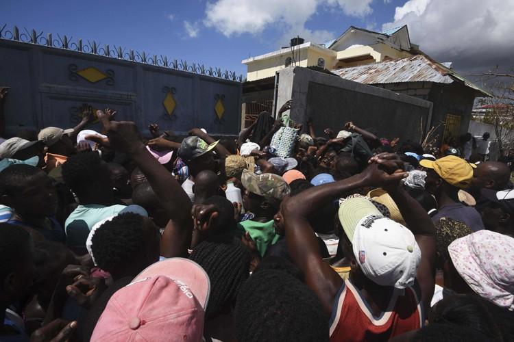 À Port-Salut, la foule qui attendait une livraison... (PHOTO AFP)