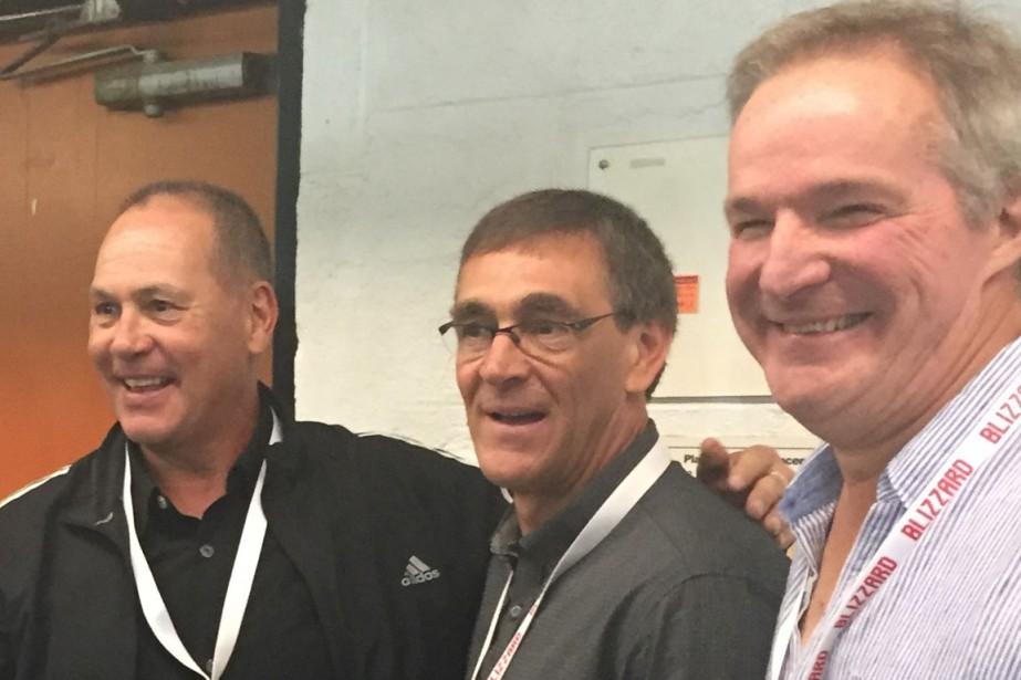 Le sujet de discussion tournait autour du hockey et du baseball entre Pierre Tassé, Pierre Aubry et René Marchand. (Claude Loranger)
