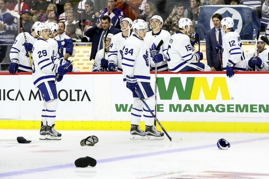 Les chapeaux sont tombés sur la glace pour Auston Matthews après son troisième du match. Les partisans des Maple Leafs étaient loin de se douter que la jeune vedette leur donnerait une autre raison de célébrer, mercredi soir. (Patrick Woodbury, LeDroit)
