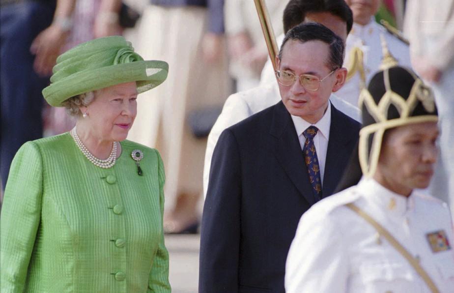 Sur cette photo prise il y a presque 20 ans jour pour jour (le 28octobre 1996), le roi Bhumibol accueille ÉlisabethII lors de son arrivée à l'aéroport militaire de Bangkok. La reine d'Angleterre a également un règne à la longévité exceptionnelle, elle qui a célébré en 2012 ses 60 ans de fonctions royales. (photo Richard Vogel, archives AP)