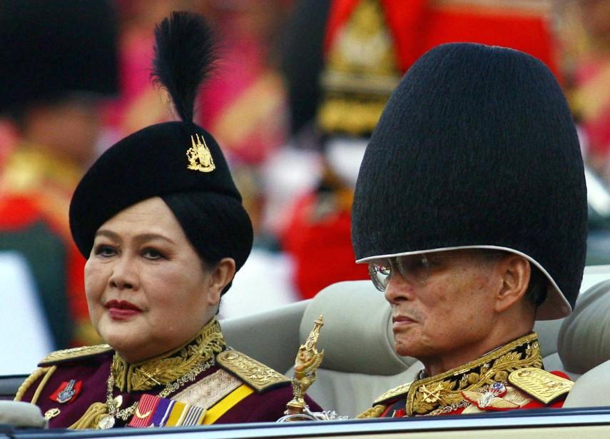 Le roi et sa femme, la reine Sirikit, lors des célébrations entourant le 79e anniversaire de naissance du souverain, le 2 décembre 2006. (photo archives AFP)
