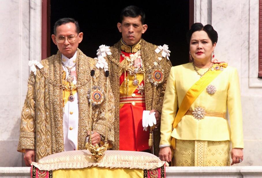 Le roi, accompagné du prince héritier Maha Vajiralongkorn et de sa femme la reine Sirikit, sur un balcon du palais royal, à Bangkok, le 5 décembre 1999. (photo PORNCHAI KITTIWONGSAKUL, archives AFP)