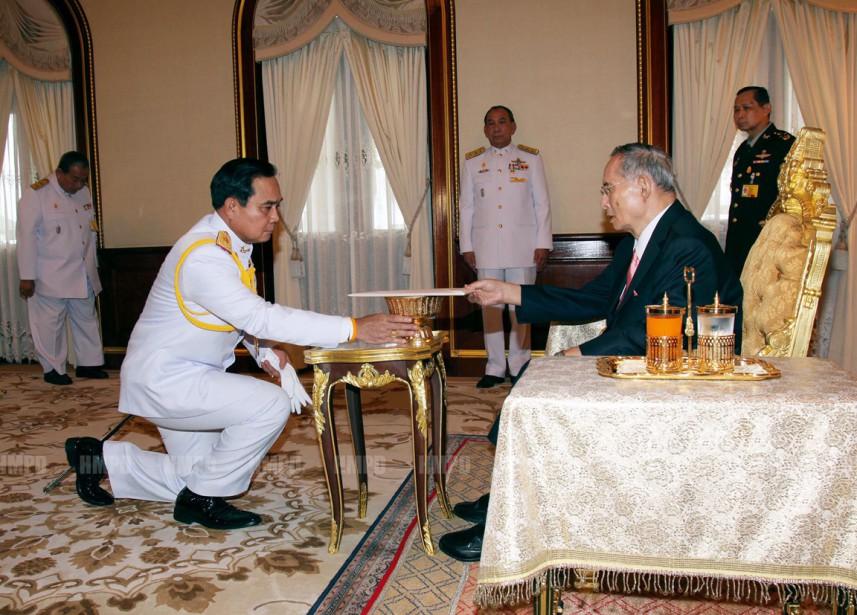 Le chef de la junte Prayut Chan-O-Cha reçoit la Constitution intérimaire des mains du roi, au palais royal, le 22 juillet 2014. (photo archives bureaau royal thaïlandais/AFP)
