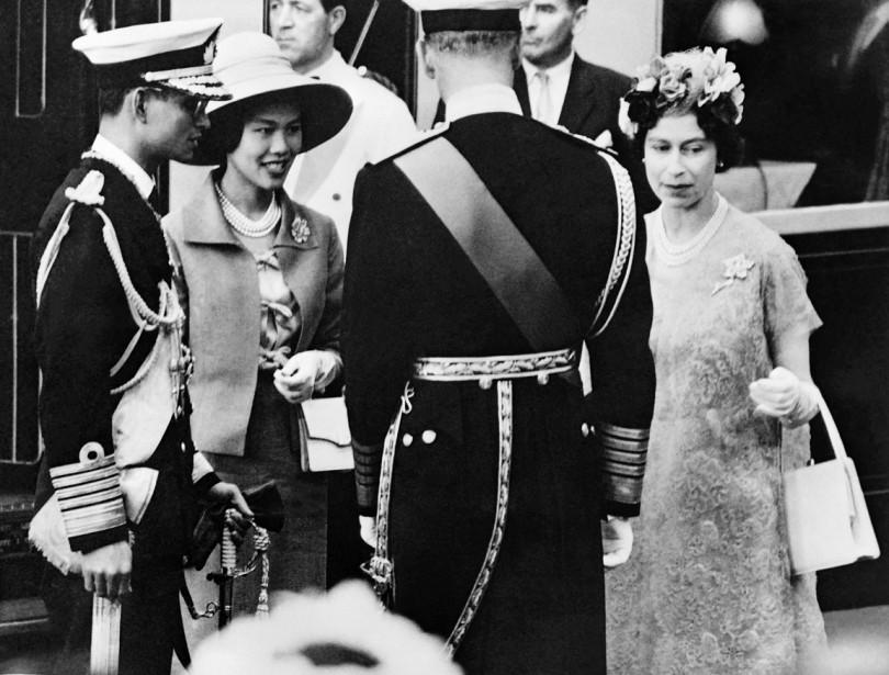 Le roi Bhumibol et la reine Sirikit sont reçus par la reine Élisabeth II et le prince Philip, lors de leur arrivée à Londres, en juillet 1960. (photo archives AFP)
