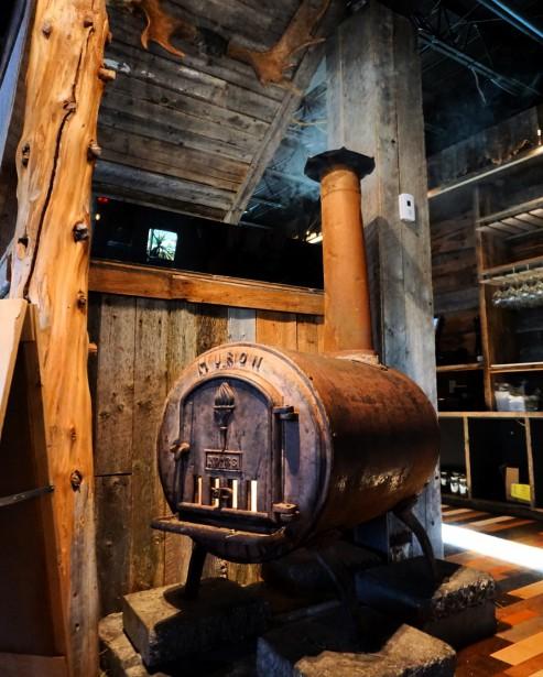 Ce poêle à bois centenaire provenant d'un camp de bûcheron met en valeur la technique de fabrication à rivet. (Le Draveur)